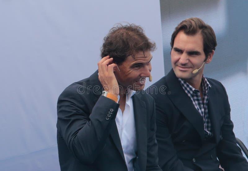 Faire des gestes de Rafa Nadal et de Roger Federer photos libres de droits