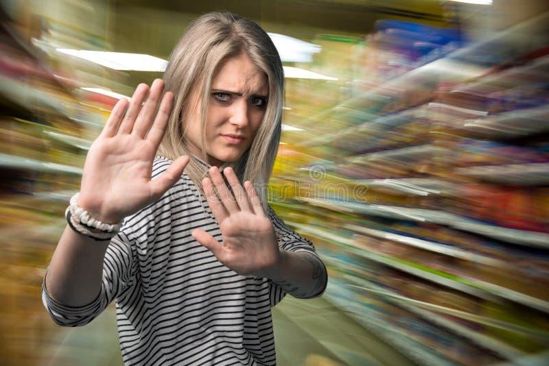 faire des gestes des jeunes de femme d'arrêt photographie stock