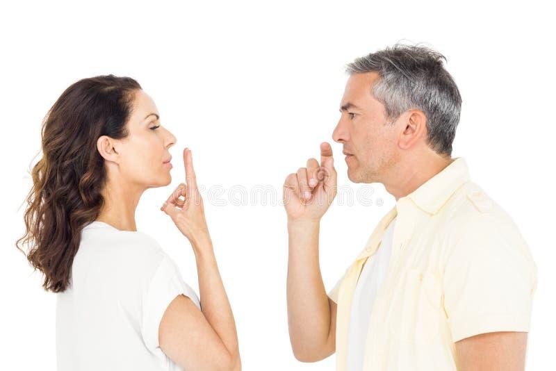 Faire des gestes focalisé de couples image libre de droits