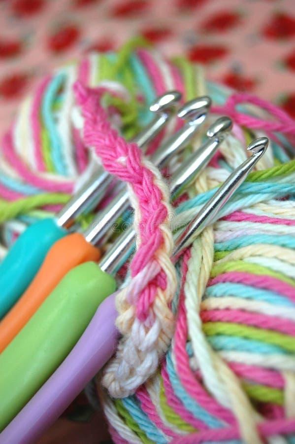Faire du crochet avec des crochets image stock