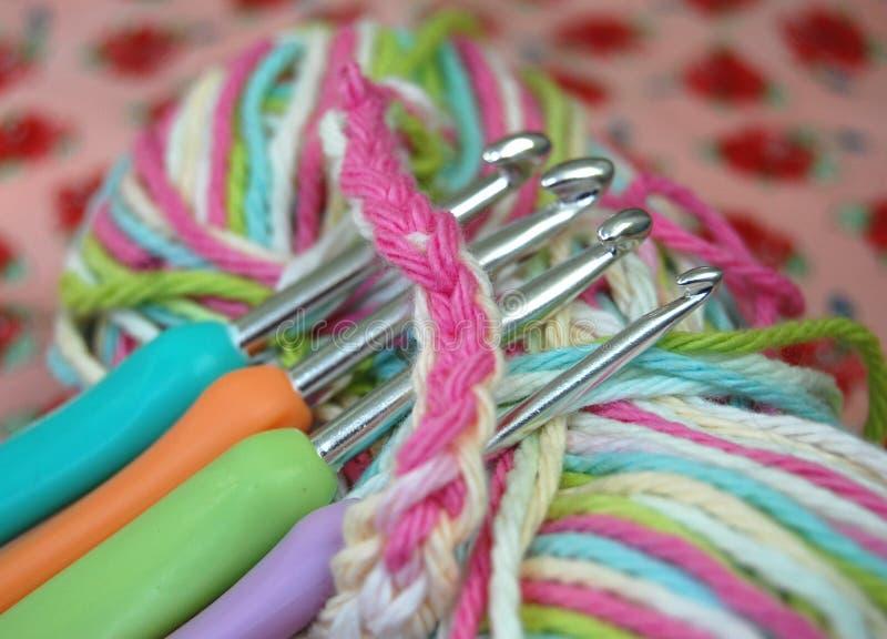 Faire du crochet avec des crochets photos libres de droits