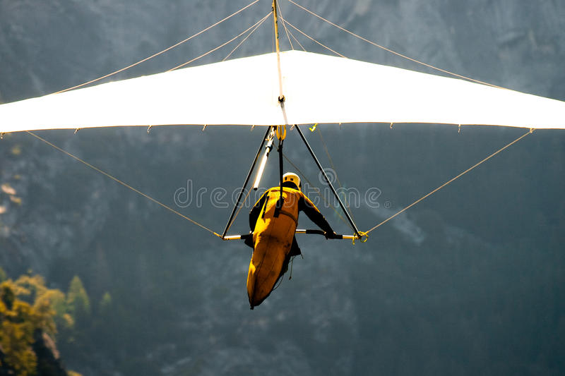 Faire du deltaplane au-dessus d'une vallée photos stock