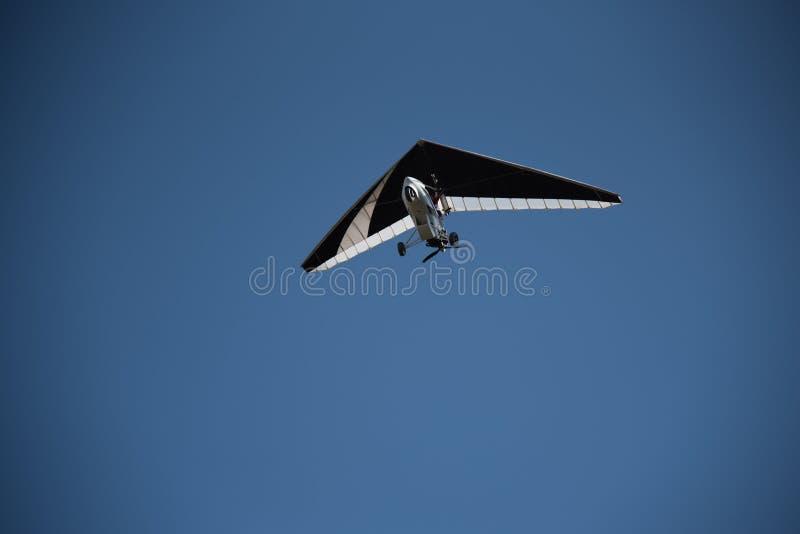 Faire du deltaplane dans le ciel photos stock