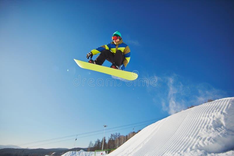 Faire du surf des neiges à la station de vacances images libres de droits