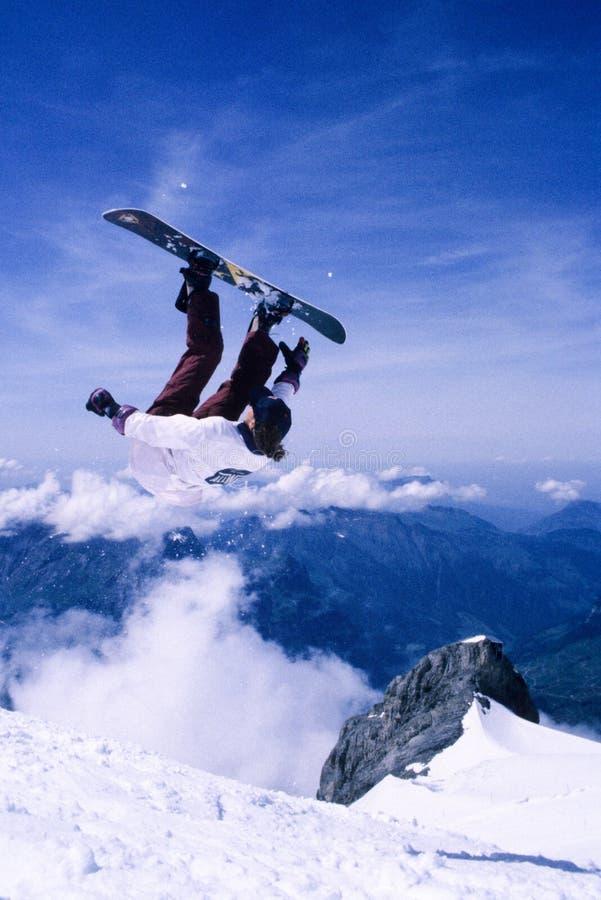 Faire du surf des neiges le saut images stock