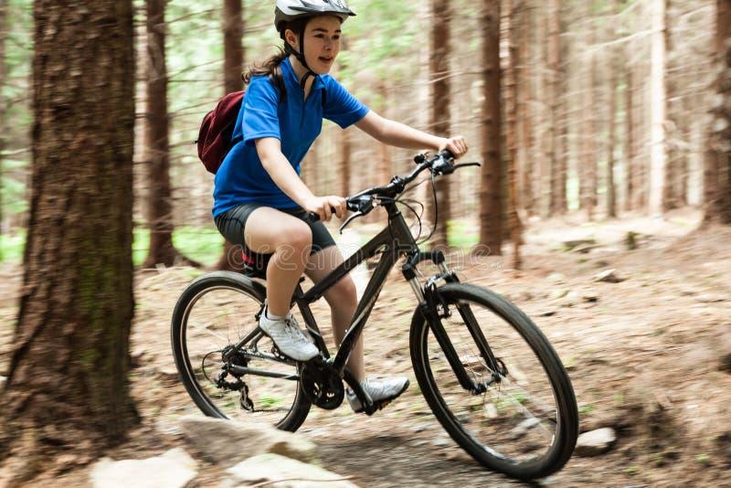 Faire du vélo actif de gens images libres de droits