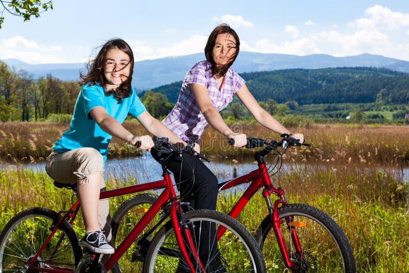 Faire du vélo actif de gens images stock