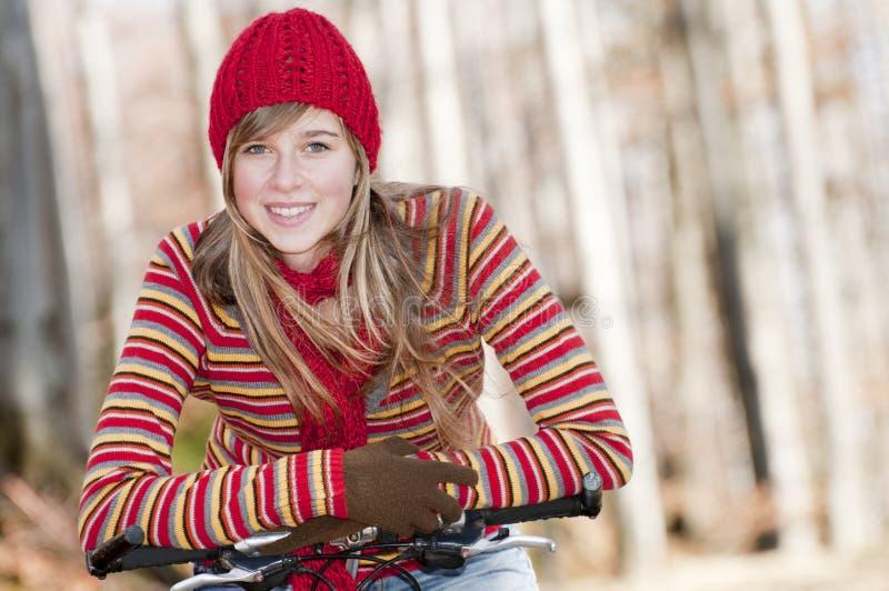 Faire du vélo d'automne image stock