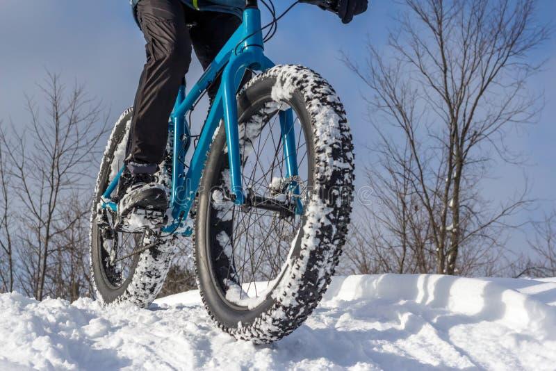 Faire du vélo d'hiver image libre de droits