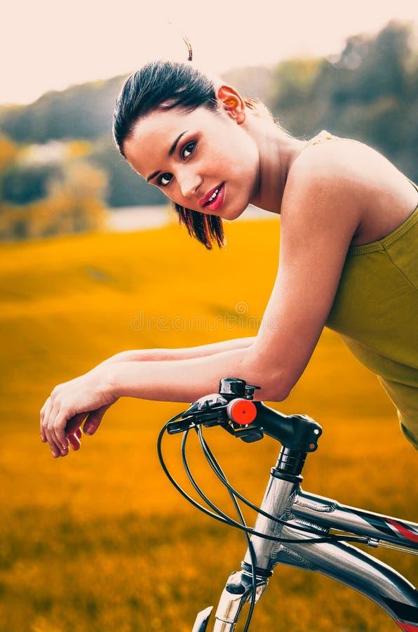 Faire du vélo dans le temps libre images stock