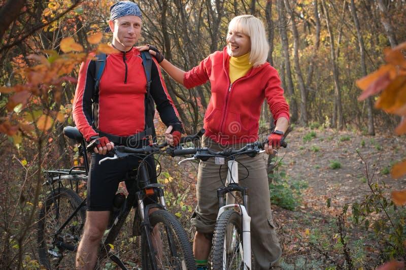 Faire du vélo de couples photo libre de droits
