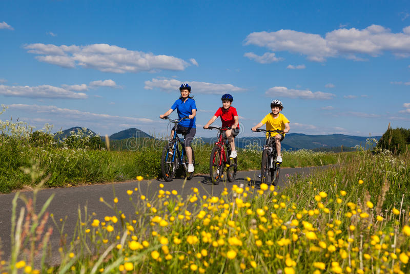 Faire du vélo de famille image libre de droits