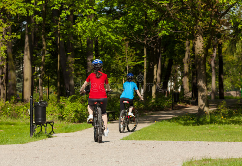 Faire du vélo de femmes photographie stock