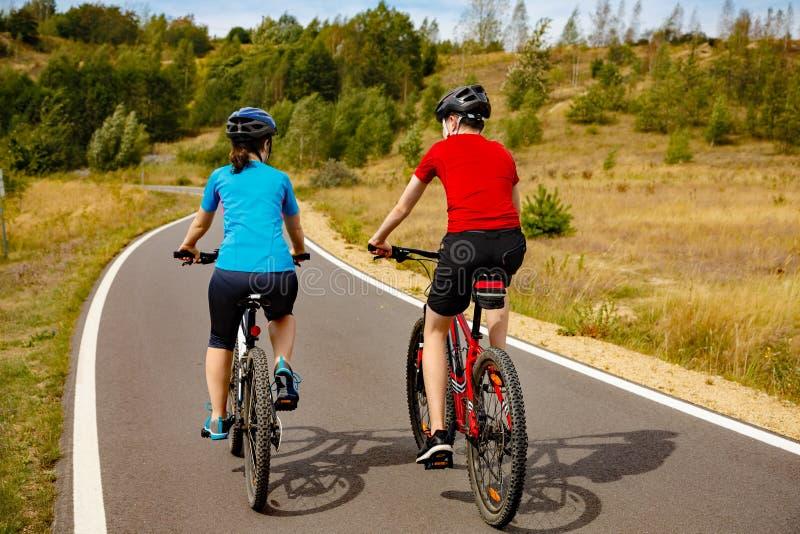 Faire du vélo de fille et de garçon images libres de droits