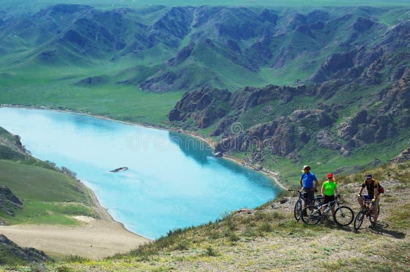 Faire du vélo de montagne d'aventure photo stock