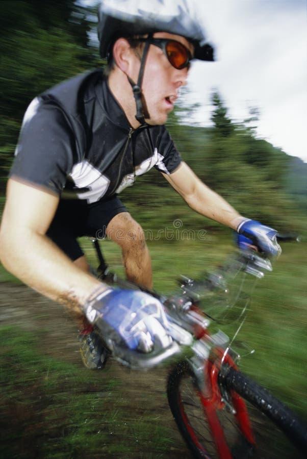 Faire du vélo de montagne d'homme photo stock