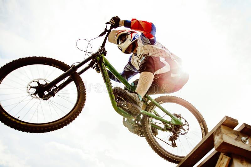 faire du vélo de montagne incliné de cavalier d'hommes photographie stock