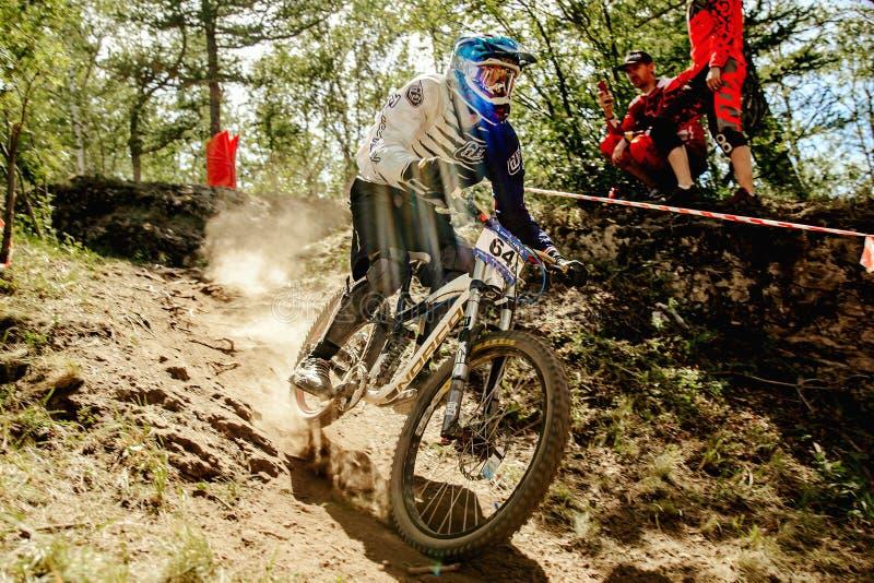 faire du vélo de montagne incliné de cavalier d'hommes photographie stock libre de droits