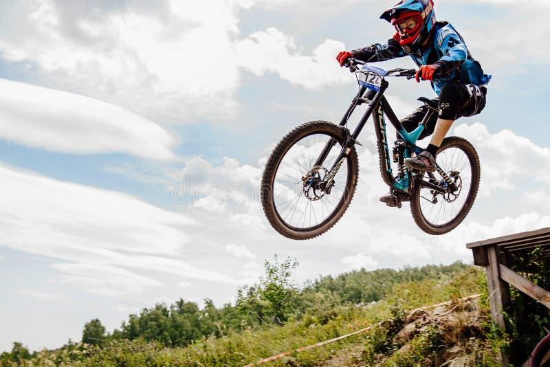Faire du vélo de montagne incliné de cavalier d'hommes images libres de droits
