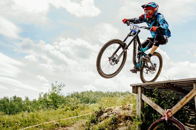 faire du vélo de montagne incliné de cavalier d'hommes photo stock