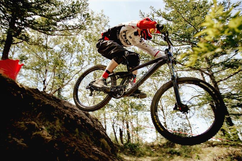 faire du vélo de montagne incliné de cavalier d'hommes image stock