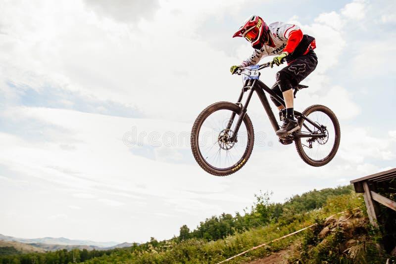 Faire du vélo de montagne incliné de cavalier d'hommes photos libres de droits