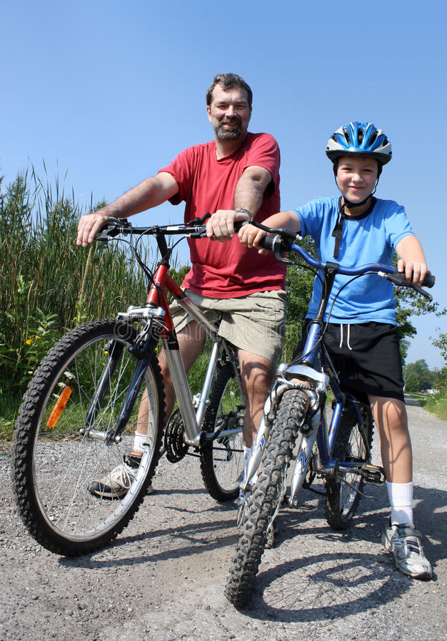 Faire du vélo de père et de fils photos stock