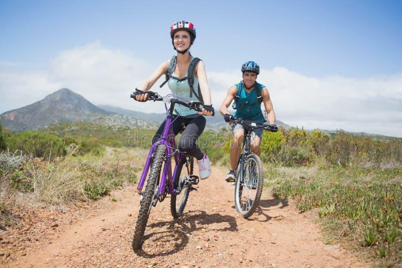 Faire du vélo sportif de montagne de couples image libre de droits