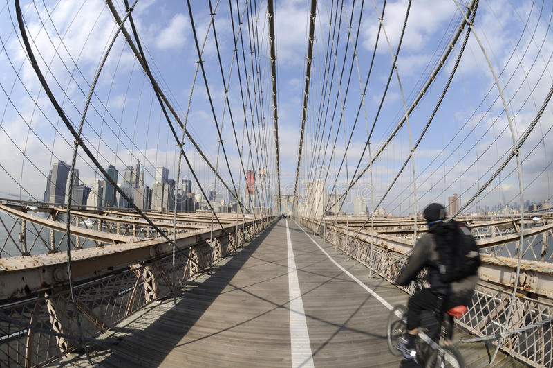 Faire du vélo sur la passerelle de Brooklyn photographie stock
