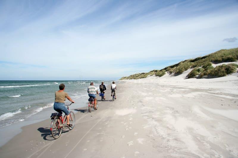 Faire du vélo sur la plage image libre de droits