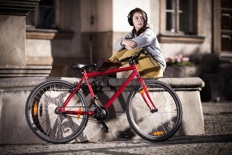 Faire du vélo urbain - adolescente et vélo dans la ville photos libres de droits