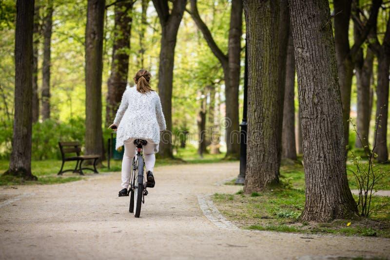 Faire du vélo urbain - vélo d'équitation de femme photos libres de droits