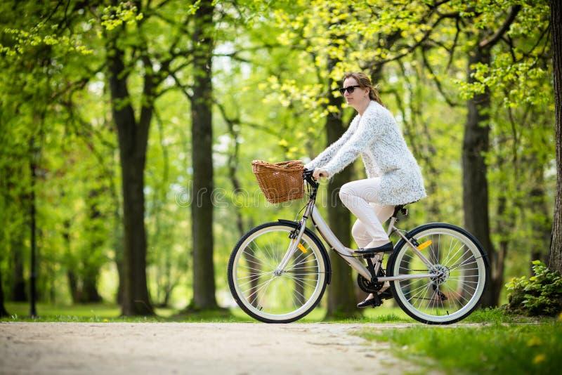 Faire du vélo urbain - vélo d'équitation de femme photos stock