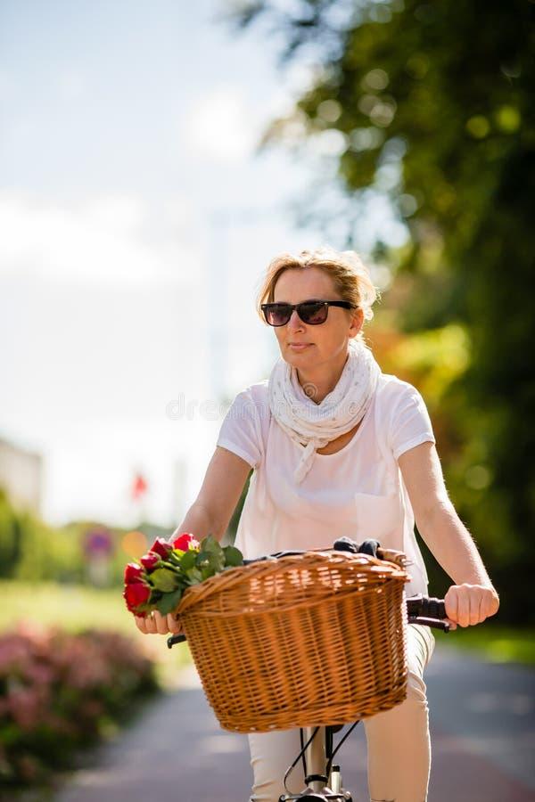 Faire du vélo urbain - femme et vélo dans la ville images stock