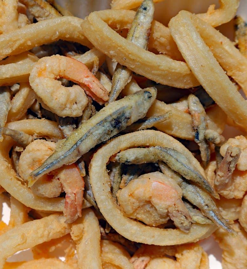Faire frire des poissons avec la crevette et le calmar image stock