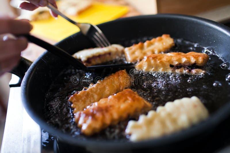 Faire frire des tartes sur la casserole photographie stock