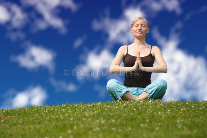Faire le yoga images libres de droits