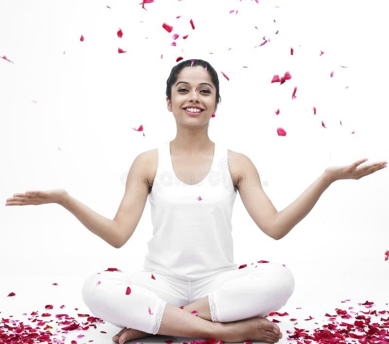 faire le yoga de femme photo stock