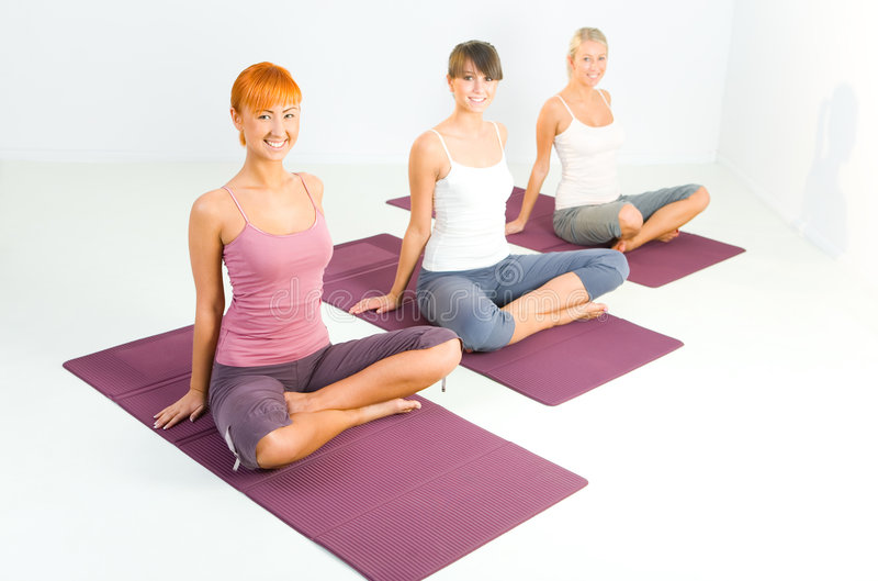faire le yoga de femmes d'exercices photos libres de droits