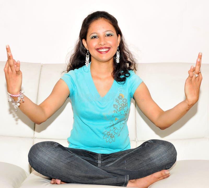 faire le yoga de fille images libres de droits