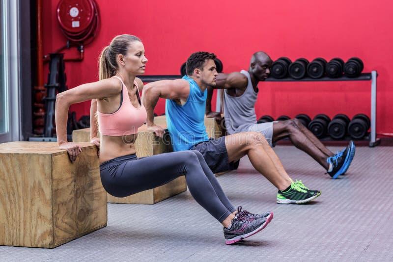 Faire musculaire d'athlètes inverse soulèvent images stock