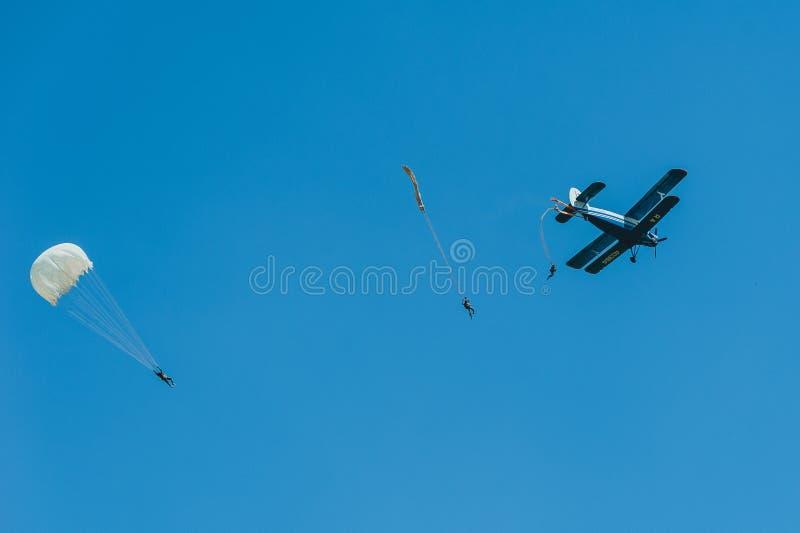 Faire un saut en chute libre avec l'instructeur de club de vol d'avions de biplan images libres de droits