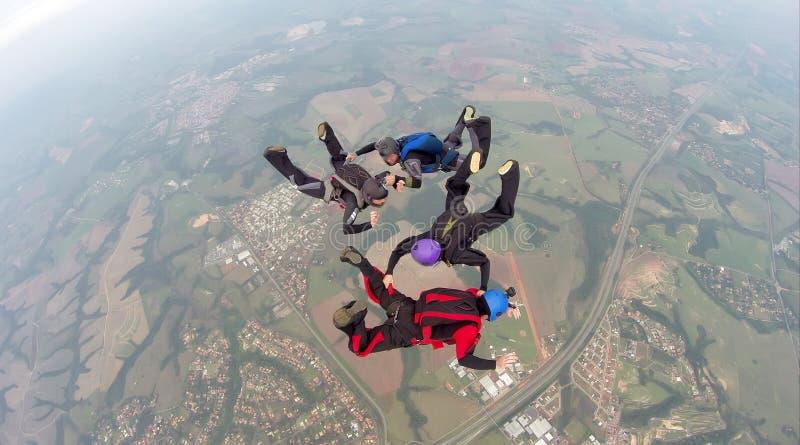 Faire un saut en chute libre l'équipe de 4 manières images stock
