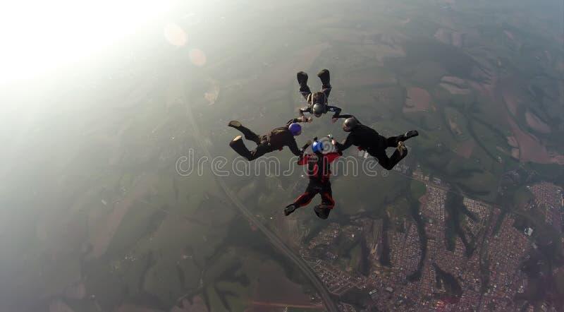 Faire un saut en chute libre l'équipe de 4 manières images libres de droits