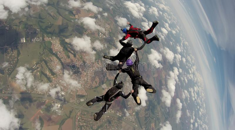 Faire un saut en chute libre l'équipe de 4 manières photo libre de droits