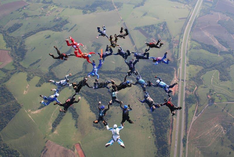 Faire un saut en chute libre la grande formation de groupe photo libre de droits
