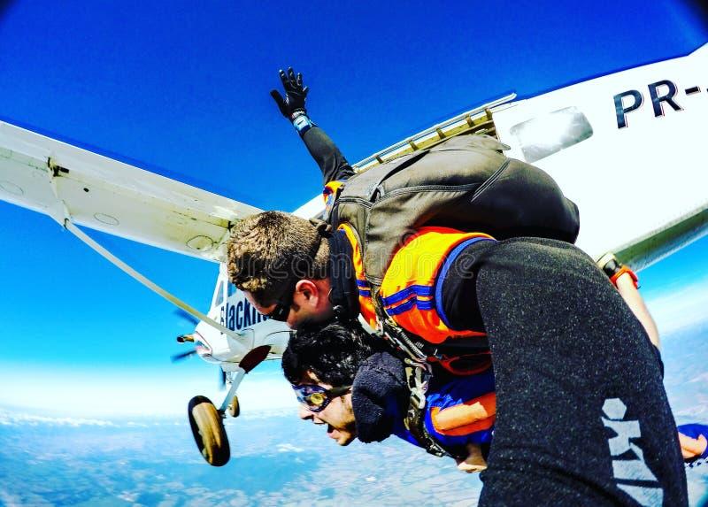 Faire un saut en chute libre le saut images libres de droits