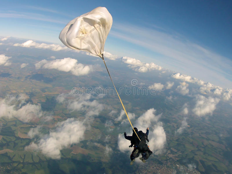 Faire un saut en chute libre le saut tandem photographie stock
