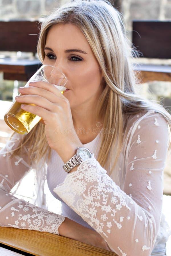 Faire une pause avec sa boisson préférée images libres de droits