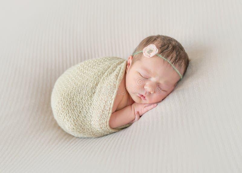 Faire une sieste d'enfant enveloppé, bras traînant photos libres de droits